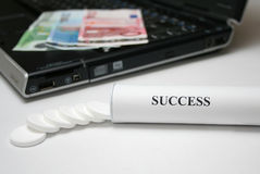 Erfolgstabletten lizenzfreie stockbilder