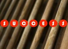 Erfolgstext druckte auf einer hölzernen Hintergrundvorratphotographie Lizenzfreies Stockbild