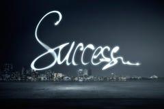 Erfolgswort auf Dunkelheit Stockfotos