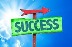 Erfolgszeichen mit Himmelhintergrund Lizenzfreie Stockfotos