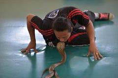 Erformer sztuka z kobrą podczas przedstawienia w zoo Fotografia Stock