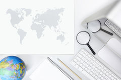 Erforschen Sie Konzept, Draufsicht des Schreibtisches mit Computerlupe Stockfoto