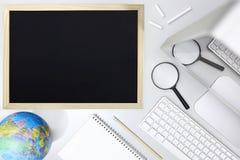 Erforschen Sie Konzept, Draufsicht des Schreibtisches mit Tafelcomputer Lizenzfreies Stockfoto