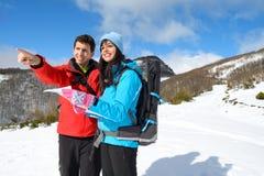 Erforschende und wandernde Paare Lizenzfreie Stockfotos