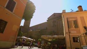 Erforschendes historisches Rom, das ein Fahrrad FDV reitet stock video footage