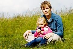 ErforschenHandy des Vaters und des Kindes Lizenzfreie Stockfotos