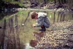 Erforschung in The Creek Lizenzfreies Stockbild