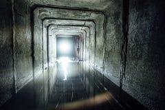 Erforschung des Untertageflusses, der in Abwasserkanaltunnel fließt Stockfotografie