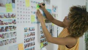 Erforschungsfotos des stilvollen Designers stock video