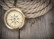 Erforschungshintergrund mit Kompass und Seil lizenzfreie stockbilder