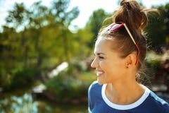 Erforschungslandschaft der Reisendfrau beim Haben von Flusskreuzfahrt lizenzfreies stockfoto