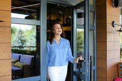 Erfreuen Sie den weiblichen Kunden, der Restaurant mit Abschluss herauf satisfi verlässt lizenzfreie stockbilder