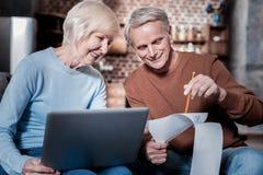 Erfreute ältere Frau, die Rechnung betrachtet lizenzfreie stockfotografie