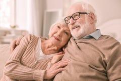 Erfreute ältere Leute, die Rest zu Hause haben lizenzfreies stockfoto