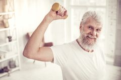 Erfreute ältere männliche Person, die gerade Kamera betrachtet lizenzfreie stockfotos