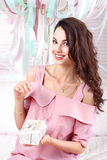 Erfreute Frau, die in der Hand Geschenkbox hält Lizenzfreies Stockbild
