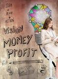 Erfreute Geschäftsfrau, die einen Tabletten-PC sitzt auf einem Barhocker verwendet Stockbilder
