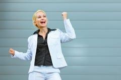 Erfreute moderne Geschäftsfrau am Bürohaus Stockbilder