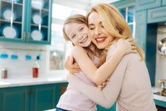 Erfreute streichelnde Mutter und Tochter Lizenzfreie Stockfotografie