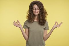 Erfreute zufriedene Studentenfrau fühlt sich nach hartem Studientag in der Universität entspannt lizenzfreie stockfotografie