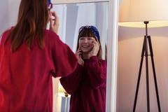 Erfreuter brunette Jugendlicher, der unter Augenklappen sich setzt stockbilder