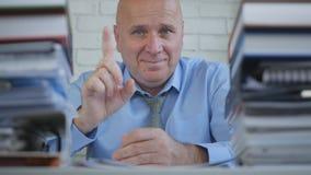 Erfreuter Geschäftsmann-Image Warn With-Finger herauf die Bedeutung von Aufmerksamkeit lizenzfreies stockfoto