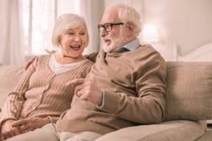 Erfreuter reifer Mann, der mit seiner Frau spricht stockfotografie