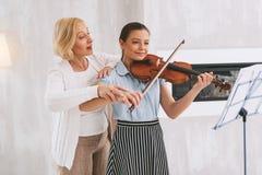 Erfreuter Student, der neues Lied lernt Stockbild