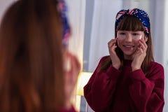 Erfreutes brunette Mädchen, das Lächeln auf ihrem Gesicht hält lizenzfreie stockfotos
