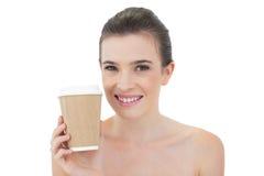 Erfreutes natürliches braunes behaartes Modell, das einen Tasse Kaffee hält Stockbild