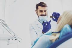 Erfreutes stomatologist, das auf Röntgenstrahlbild zeigt Stockfoto