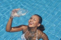 Erfrischung am Pool Stockfotos