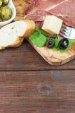 Erfrischungen des geschnittenen spanischen Schinkens und der Oliven vertikal Stockfoto