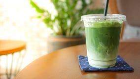 Erfrischungsgetränk, gefrieren grüner Tee matcha Latte auf Holztisch lizenzfreie stockbilder