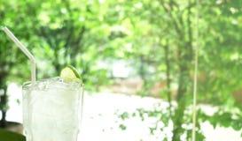 Erfrischungssommergetränk, Limonade im Glas lizenzfreies stockbild