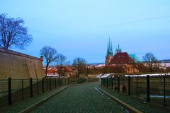 Erfurt severi kościół w zimie z śniegiem przy błękitną godziną zdjęcie royalty free