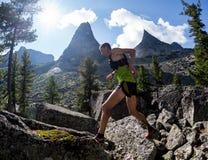 ERGAKI,俄罗斯- 2017年8月05日:一位未知的男性运动员通过山,一个参加者在TRAILANNING跑 图库摄影