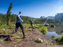ERGAKI,俄罗斯- 2017年8月05日:一位未知的男性运动员通过山,一个参加者在TRAILANNING跑 库存图片