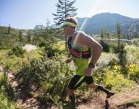 ERGAKI,俄罗斯- 2017年8月05日:一位未知的男性运动员通过山,一个参加者在TRAILANNING跑 免版税库存图片
