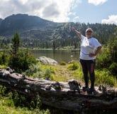 ERGAKI,俄罗斯- 2017年8月05日:一名未知的年长妇女在落后的比赛走山,一个参加者 免版税库存图片