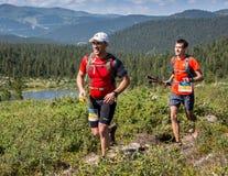 ERGAKI,俄罗斯- 2017年8月05日:几位运动员通过山,落后SKAYRANFEST的参加者跑 图库摄影