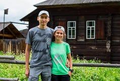 ERGAKI,俄罗斯- 2017年8月05日:几位运动员通过山,落后SKAYRANFEST的参加者跑 免版税库存照片