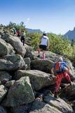 ERGAKI,俄罗斯- 2017年8月05日:几位运动员通过山,落后SKAYRANFEST的参加者跑 库存图片