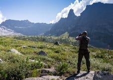 ERGAKI,俄罗斯- 2017年8月05日:未知的人拍在山,参加者踪影的照片竞争 库存图片
