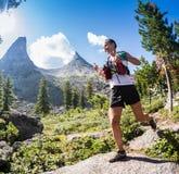 ERGAKI,俄罗斯- 2017年8月05日:未知的女孩女运动员跑通过山的,参加者在trailrunning 库存图片