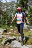ERGAKI,俄罗斯- 2017年8月05日:未知的女孩女运动员跑通过山的,参加者在trailrunning 免版税库存图片