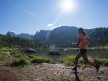 ERGAKI,俄罗斯- 2017年8月05日:未知的女孩女运动员跑通过山的,参加者在trailrunning 库存照片