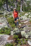 ERGAKI,俄罗斯- 2017年8月05日:未知的女孩走山,落后的比赛SKAYRANFEST的参加者 库存照片