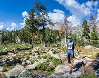 ERGAKI ROSJA, SIERPIEŃ, - 05 2017: Niewiadoma dziewczyna chodzi góry, uczestnik POWŁÓCZYSTY konkurs SKAYRANFEST Obrazy Stock