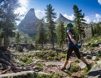 ERGAKI ROSJA, SIERPIEŃ, - 05 2017: Niewiadoma dziewczyna chodzi góry, uczestnik POWŁÓCZYSTY konkurs SKAYRANFEST Zdjęcie Stock